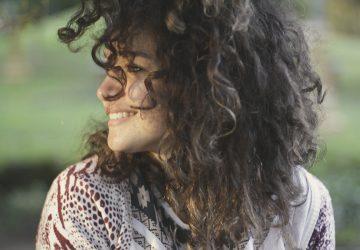 detrás de su sonrisa